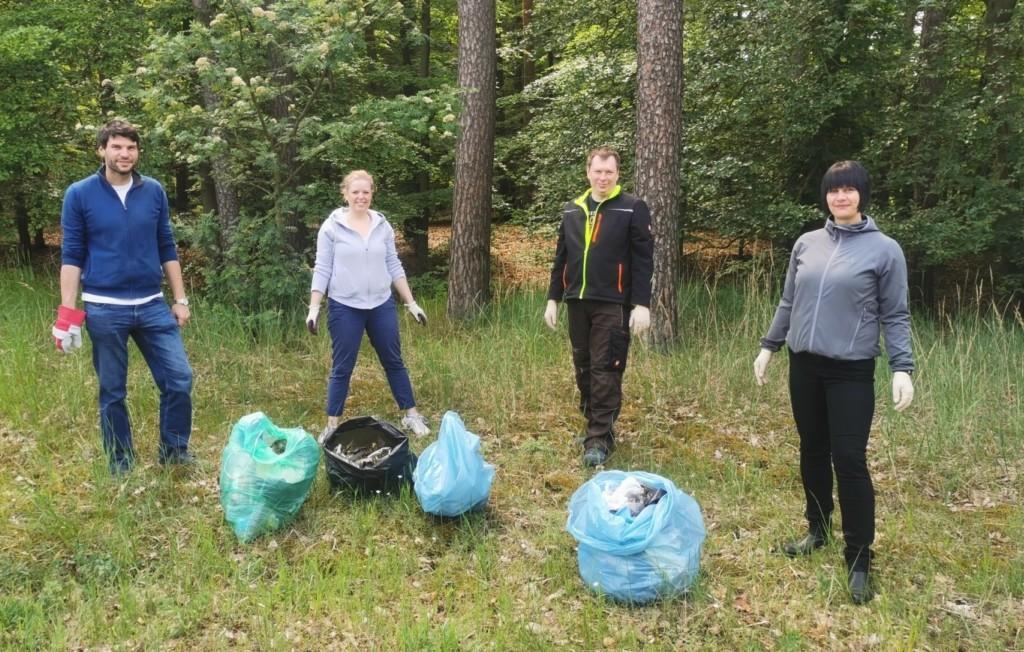 Christian Winter, Kathleen Bartels und zwei weitere Mitglieder der SPD Grabow stehen vor vollen Müllsäcke. Im Hintergrund ist ein Waldstück zu sehen.