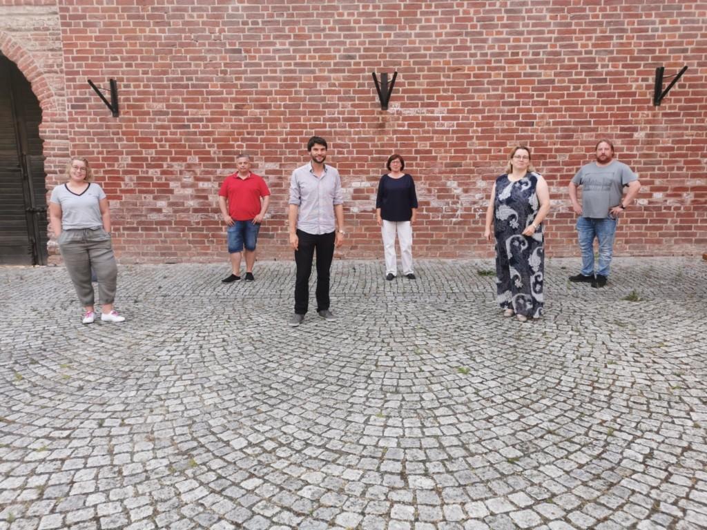Sechs Personen sind auf dem Innenhof der Neustädter Burg zu sehen.