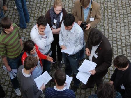 Mehrere Personen stehen, von oben fotografiert, im Kreis. Christian Winter ist dabei in der Mitte zu sehen.