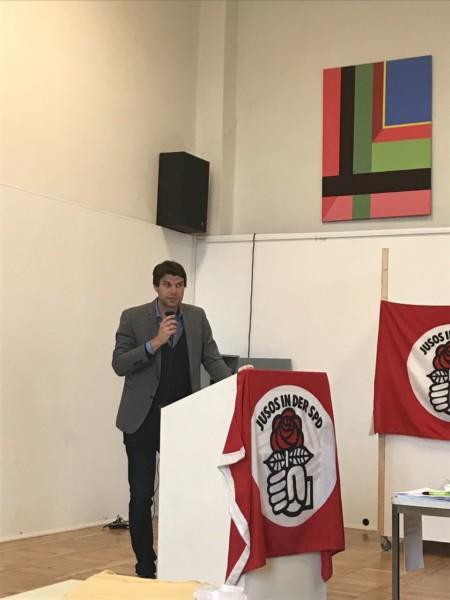 Christian Winter steht am Redepult auf der Landeskonferenz 2017 der Jusos MV.