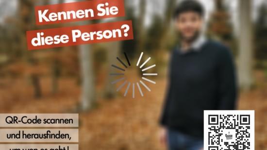 """Wegen Verpixelung ist lediglich eine im Wald stehende Person zu erkennen. Daneben steht die Frage """"Kennen Sie diese Person?"""". Des Weiteren ist ein QR-Code abgedruckt."""