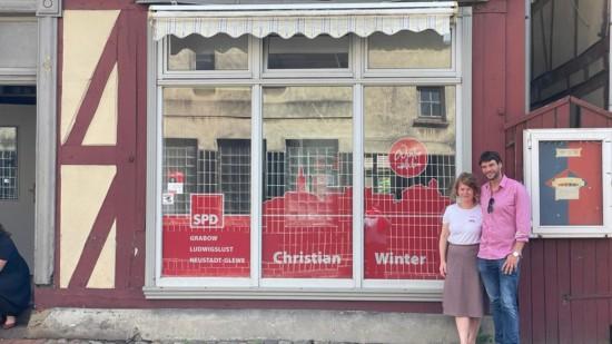 Silke-Maria Preßentin und Christian Winter stehen rechts neben dem Schaufenster des Winter-Stübchens.